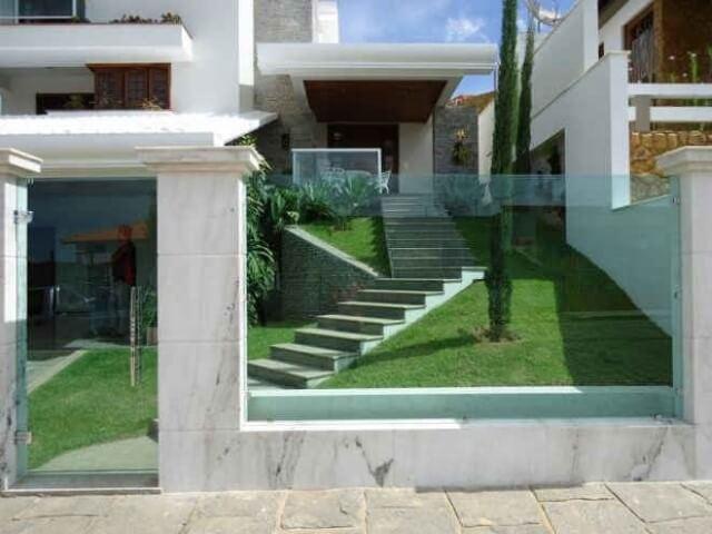 Casa moderna com muro de vidro e mármore Foto de Fabio Vidros
