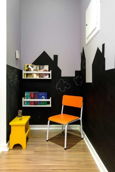 Clínica com cantinho infantil com parede chalkboard em formato de casinhas Projeto de Zark Studio