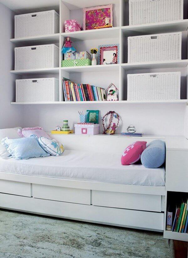 2- Como organizar quarto pequeno de solteiro precisa criar espaços, utilize as paredes para fixar prateleiras ou nichos. Fonte: Revista Casa e Jardim