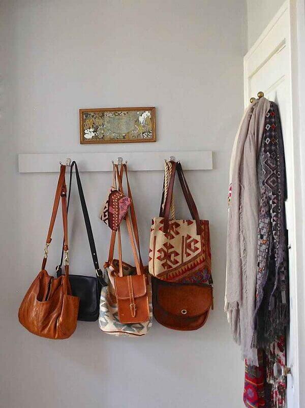 Como organizar o quarto utilizando ganchos na parede