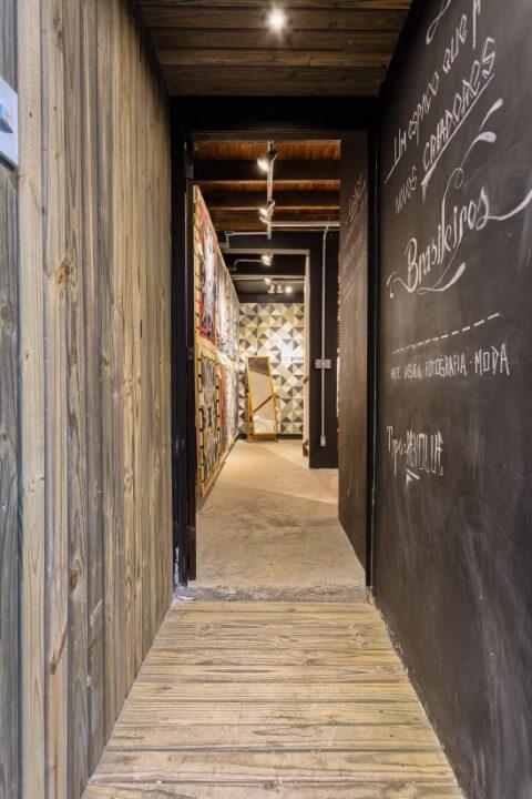Corredor com parede chalkboard Projeto de Motiro Arquitetos