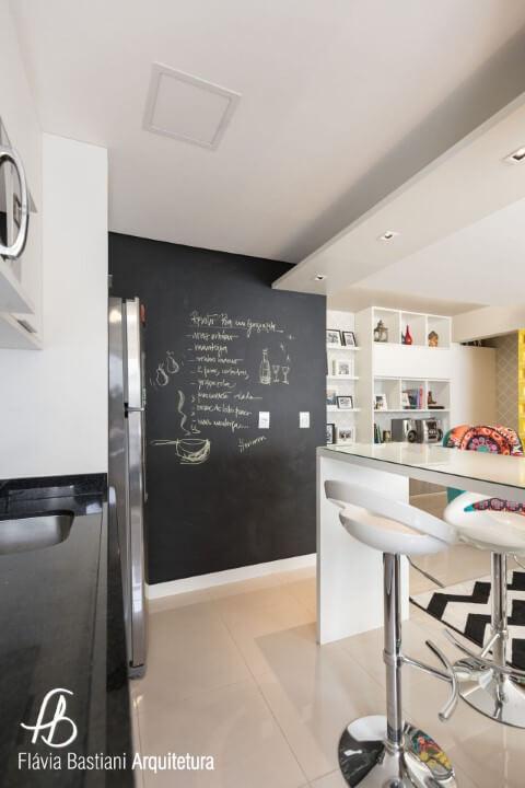 Cozinha americana com parede chalkboard com receita Projeto de Flavia Bastiani