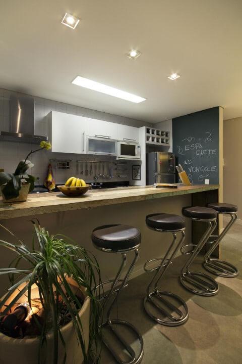 Cozinha americana com parede chalkboard no canto Projeto de Juliana Conforto