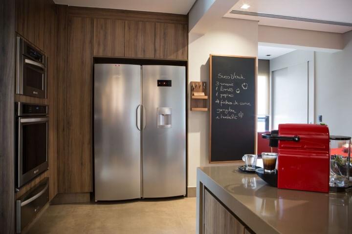 Cozinha americana com quadro chalkboard grande Projeto de Batistelli Arquitetura