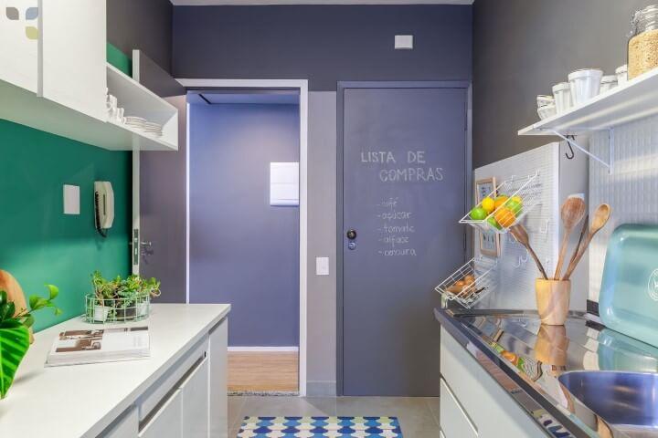 Cozinha colorida com porta chalkboard roxa Projeto de Carol Tasiro