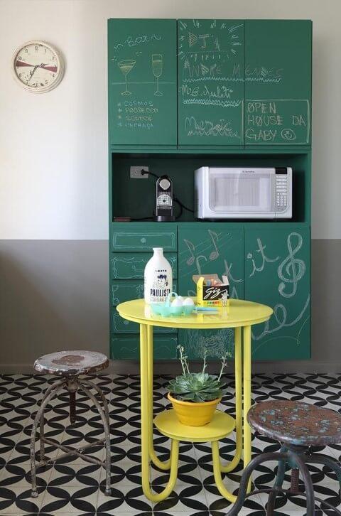 Cozinha com armário pintado como chalkboard verde Projeto de Gabriel Valdivieso