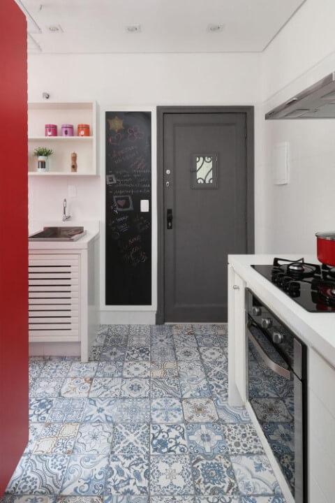 Cozinha com piso de ladrilho hidráulico e trecho de chalkboard na parede Projeto de Arch Duo