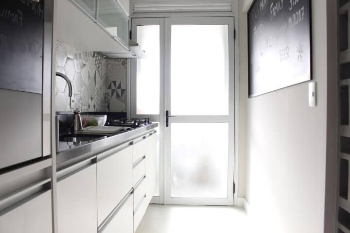 Cozinha compacta com quadro chalkboard na parede Projeto de Patricia Campanari