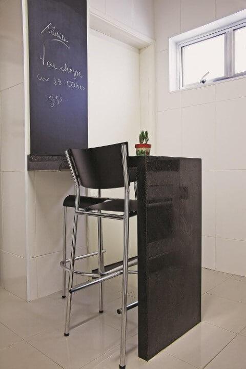 Cozinha simples com balcão e parte da parede chalkboard Projeto de CH Arquitetura