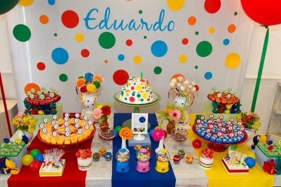 Decoração de carnaval com bolas coloridas em painel na parede Foto de Meio Ligado