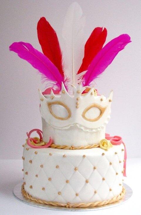 Decoração de carnaval com bolo claro e detalhes dourados Foto de Snack Market