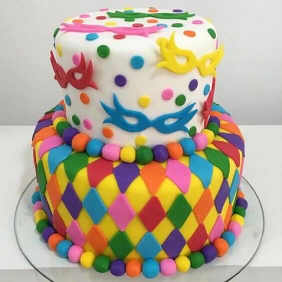 Decoração de carnaval com bolo colorido e máscaras Foto de Baú de Menino