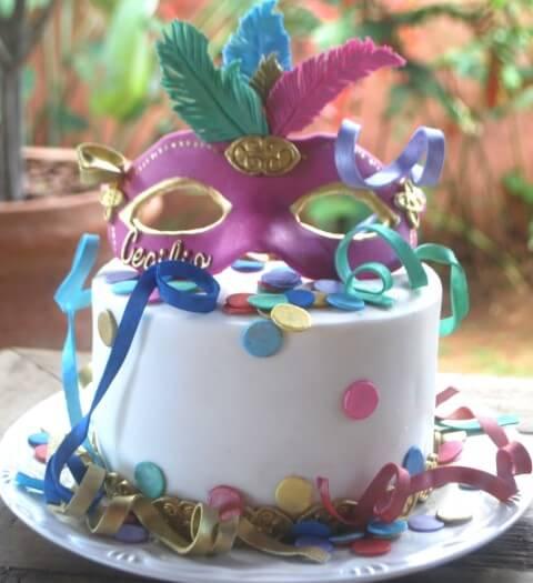 Decoração de carnaval com bolo com detalhes que imitam confetes e serpentinas Foto de Tatiana Barros