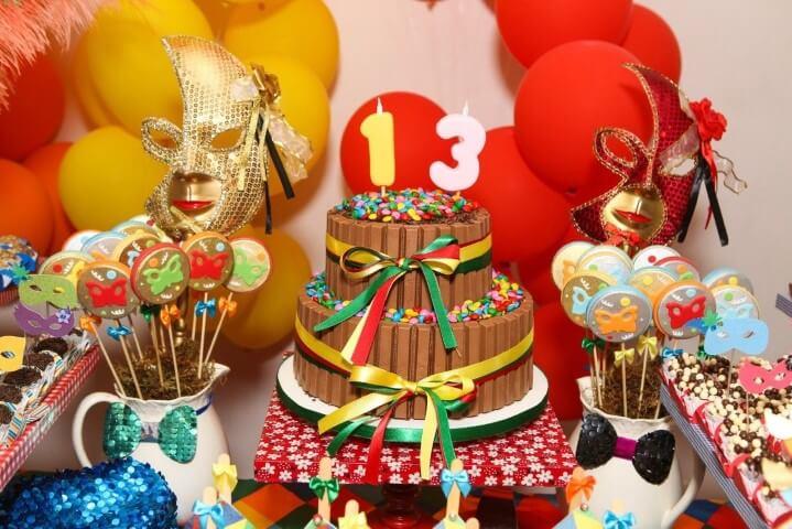 Decoração de carnaval com bolo de chocolate com confetes de chocolate Foto de Eyeni