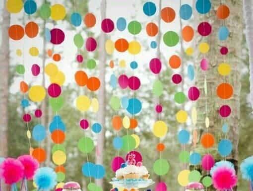 Decoração de carnaval com cortina com bolinhas de papel Foto de EFL Furniture