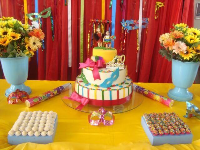Decoração de carnaval com doces e bolo coloridos Foto de Kit Mania Fest