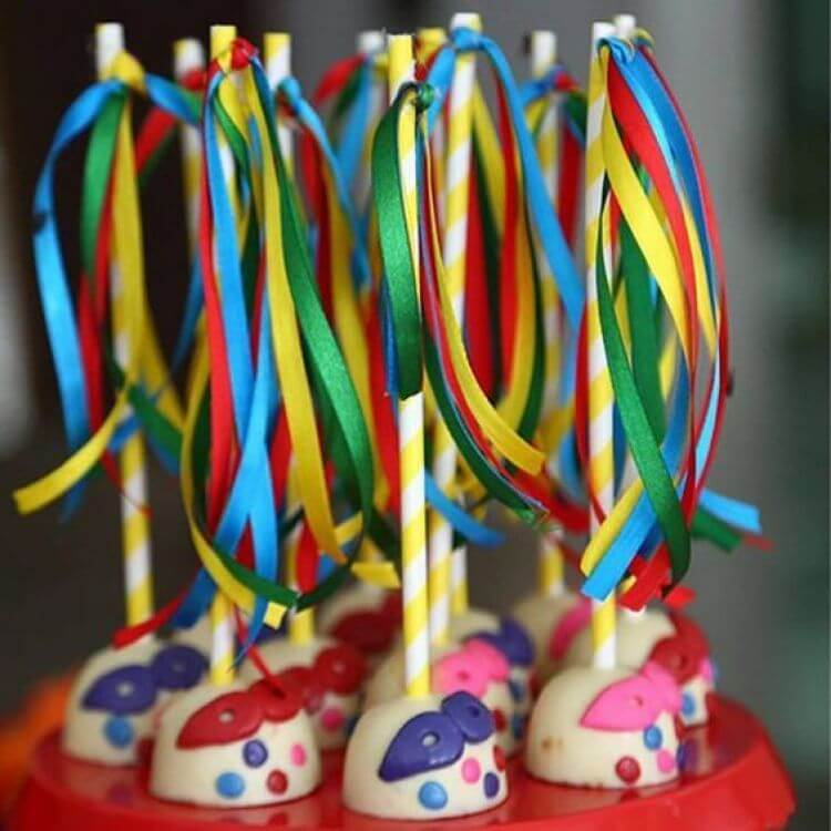 Decoração de carnaval com docinhos com fitas coloridas Foto de Blog Papo Glamour