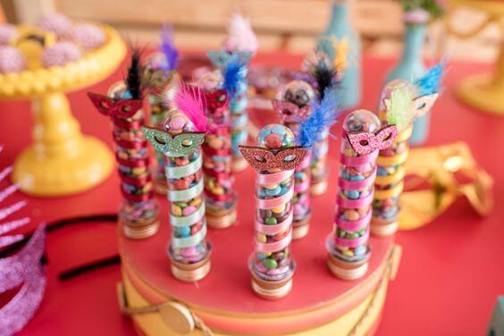 Decoração de carnaval com docinhos em tubos coloridos Foto de Constance Zahn