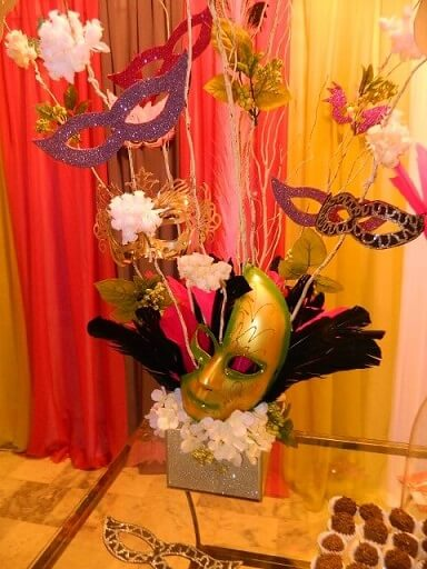 Decoração de carnaval com enfeite de mesa com máscaras Foto de Jarra Hotel