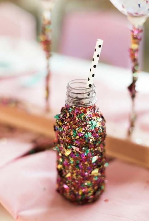 Decoração de carnaval com garrafa com pedacinhos de papel metalizado Foto de Reciclar e Decorar