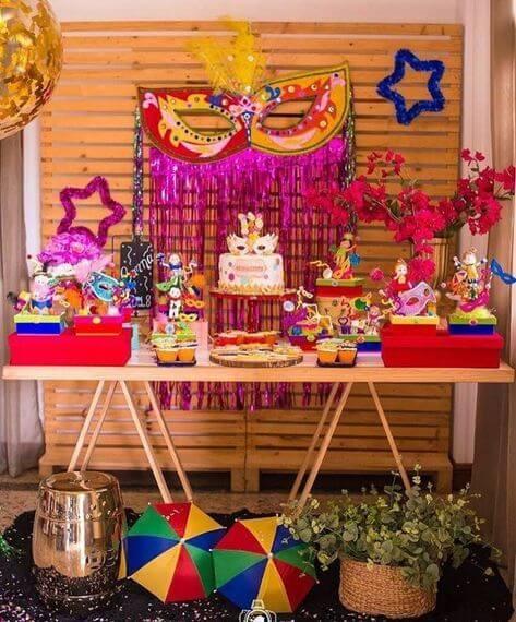 Decoração de carnaval com mesa com bolo e docinhos Foto de Amonique Decor