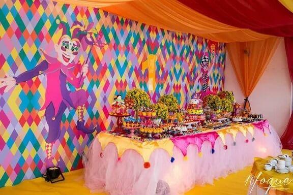 Decoração de carnaval com painel colorido com pierrot e arlequim Foto de Meu Dia D Mãe