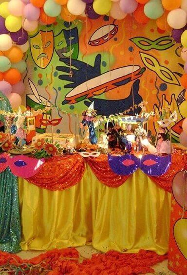 Decoração de carnaval com painel com máscaras e pandeiros Foto de Pinterest