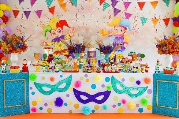 Decoração de carnaval com painel com personagens e bandeirinhas coloridas Foto de Ateliê de Festas Dani Scarpato