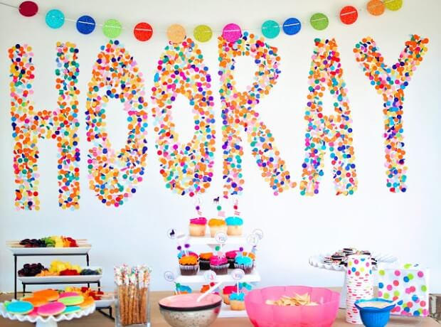 Decoração de carnaval com painel de papéis coloridos Foto de Let's Party