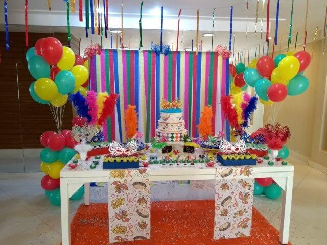 Decoração de carnaval com painel de papel crepom e mesa de docinhos Foto de AnaDê Festas & Lembranças