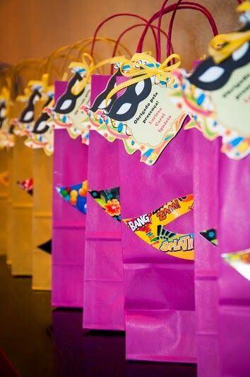 Decoração de carnaval com sacolas coloridas como lembrancinhas Foto de Ateliê Dia de Alegria