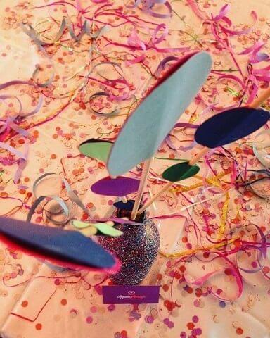 Decoração de carnaval com serpentina e confetes na mesa Foto de Aquele Abraço