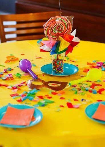 Decoração de carnaval em detalhes da mesa Foto de A Minha Festinha