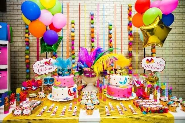 Decoração de carnaval em dois bolos temáticos Foto de Blog Papo Glamour