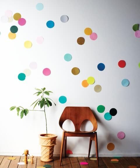 Decoração de carnaval minimalista com poucas bolinhas de papel coloridas Foto de More