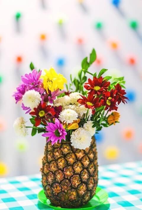 Decoração de carnaval natural com abacaxi e flores Foto de Pinterest