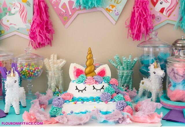 Decoração de festa de unicórnio com mesa do bolo cheia de detalhes Foto de Flour on My Face