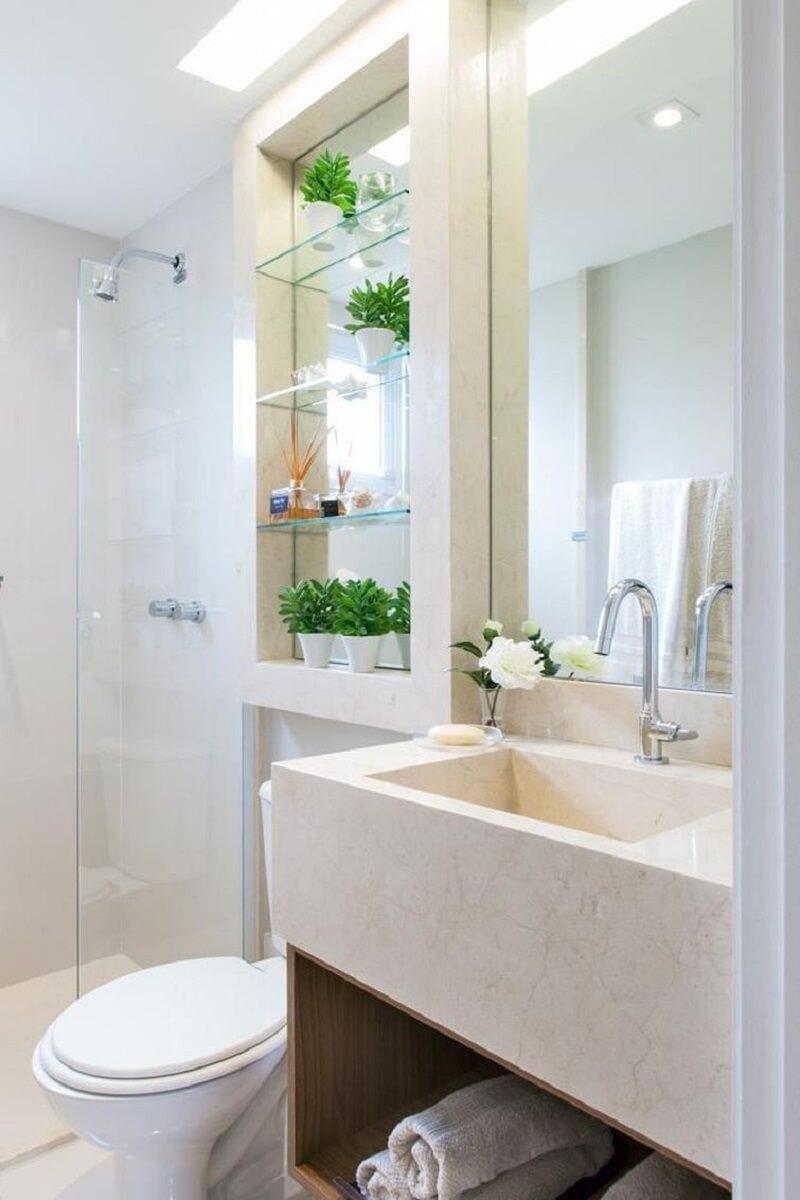 Decoração em tons neutros para banheiro pequeno com prateleiras de vidro