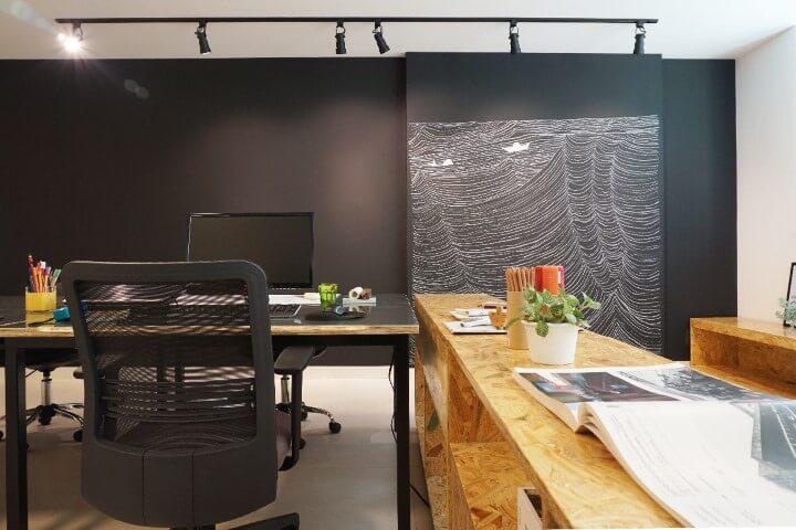 Escritório com parede chalkboard com desenho em uma parte Projeto de Casa Cor SP 2017-