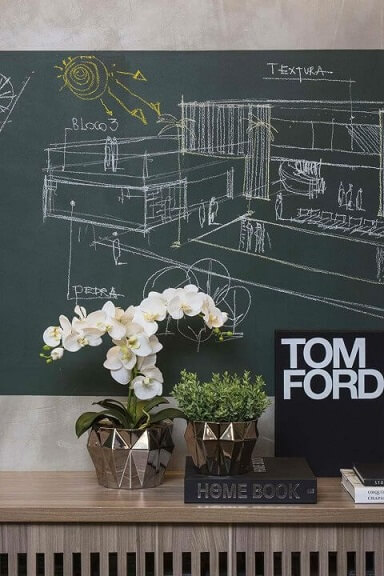 Escritório com trecho da parede chalkboard verde com desenho de planta Projeto de Juliana Pippi-