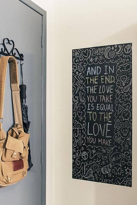 Espaço da parede pintado com tinta chalkboard atrás da porta Projeto de Casa Aberta