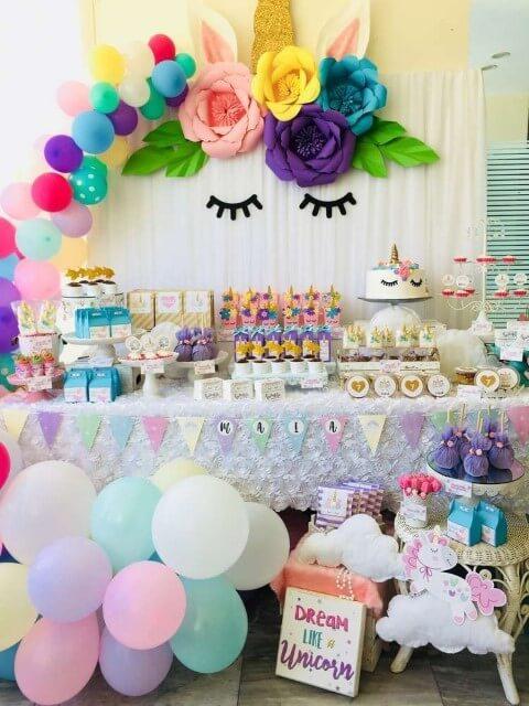 Festa de unicórnio com balões coloridos na mesa de bolo Foto de Cell Code