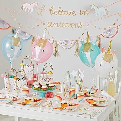 Festa de unicórnio com balões decorados como unicórnios Foto de Crate and Barrel