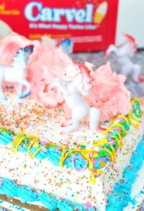 Festa de unicórnio com bonequinhos de unicórnio em cima do bolo Foto de Lee Diamond Sings