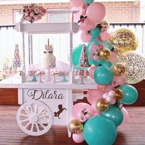 Festa de unicórnio com cantinho branco e balões coloridos Foto de Kitchen Decor