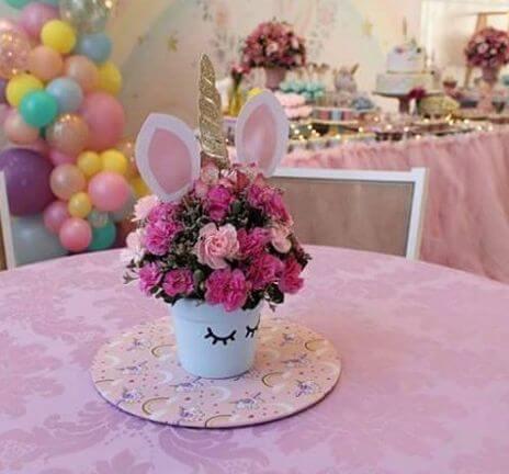 Festa de unicórnio com centro de mesa temático com flores Foto de Pinosy