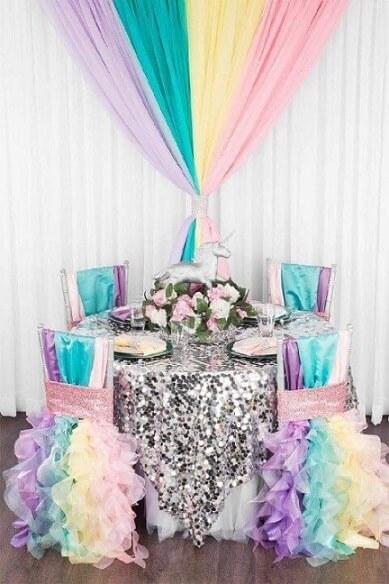 Festa de unicórnio com decoração colorida e prateada Foto de Zenika