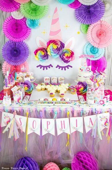 Festa de unicórnio com decoração com cores mais vivas Foto de Press Print Party