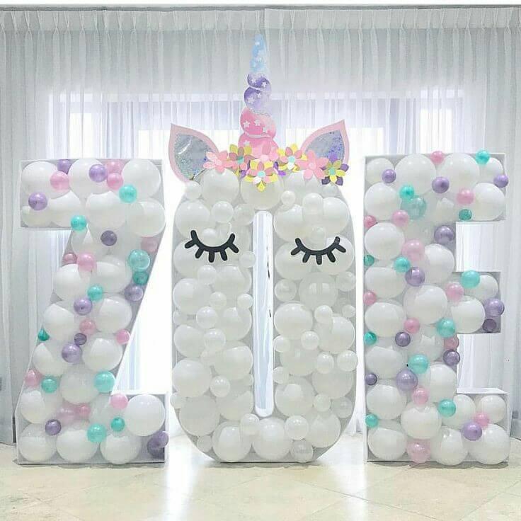 Festa de unicórnio com decoração com predomínio do branco e cores claras Foto de Festa de Casamento