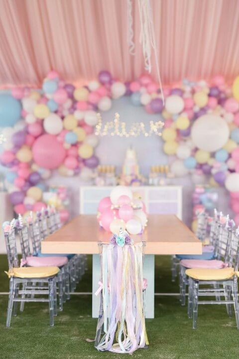 Festa de unicórnio com decoração de mesa feita de balões Foto de One Inspired Party